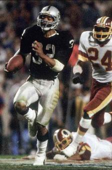 Marcus Allen in azione durante il Super Bowl XVIII