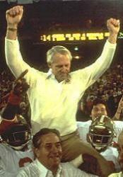 Bill Walsh portato in trionfo dopo la vittoria al SB XVI